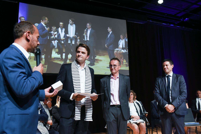 Frédéric FORGET -Directeur Régional Ouest INTERFIMO Bretagne remet le prix de la meilleure note obtenue pour son mémoire à Michel CHAUVIN.