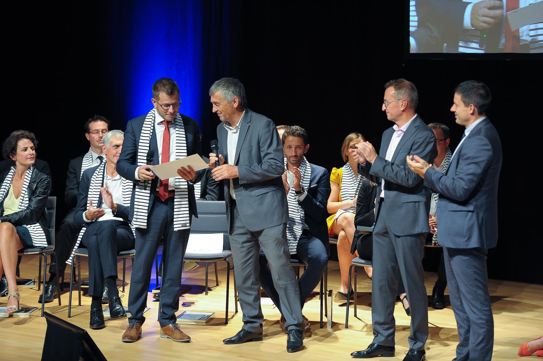Hervé DEPOUEZ - Administrateur CAVEC remet le prix du plus jeune récipiendaire inscrit à à Fabien CHANTREL.